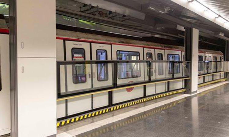 Barcelona tests vertical automatic door on subway platforms